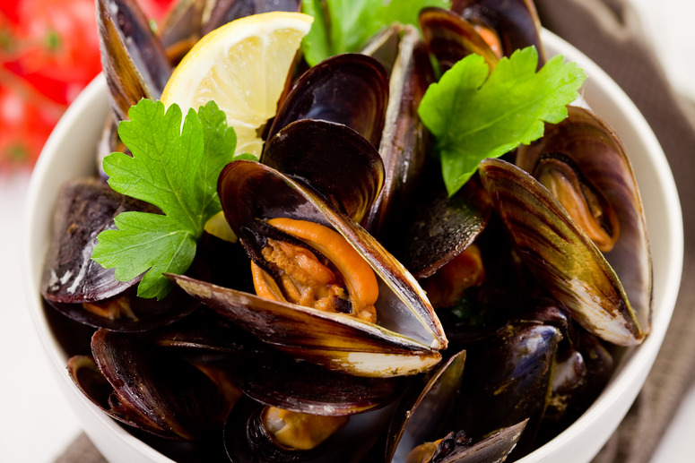 How to make mussels in black pepper and cider sauce